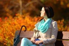 Chica joven que se relaja en parque otoñal. Concepto de la forma de vida de la caída. Imagen de archivo