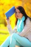 Chica joven que se relaja en parque otoñal. Concepto de la forma de vida de la caída. Fotos de archivo