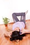 Chica joven que se relaja en sitio vacío Fotografía de archivo