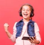 Chica joven que se relaja mientras que escucha la música Imagen de archivo