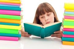 Chica joven que se sienta con el libro Fotografía de archivo libre de regalías
