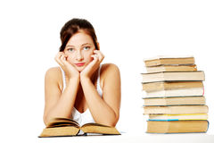 Chica joven que se sienta con los libros. Imagen de archivo libre de regalías