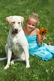 Chica joven que se sienta con su perro Imagen de archivo libre de regalías