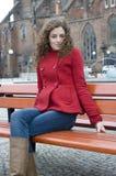Chica joven que se sienta delante de iglesia Imagen de archivo