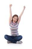 Chica joven que se sienta en el asiento de la personalización que grita feliz Foto de archivo libre de regalías