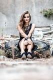 Chica joven que se sienta en el neumático del camión Fotografía de archivo