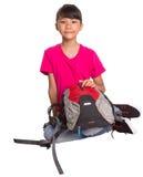 Chica joven que se sienta en el piso con una mochila V Fotos de archivo