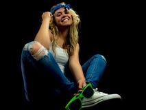 Chica joven que se sienta en el suelo Fotografía de archivo libre de regalías