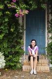 Chica joven que se sienta en pasos de progresión Fotos de archivo