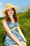 Chica joven que se sienta en prado Foto de archivo