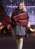 Chica joven que sonríe al aire libre luces de calle de la noche del invierno Imagenes de archivo