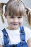 Chica joven que sonríe para la cámara Fotografía de archivo