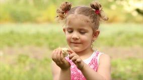 Chica joven que sostiene el pollo almacen de video