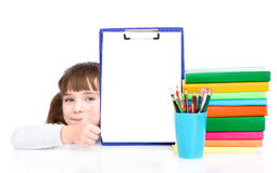 Chica joven que sostiene el tablero con un documento vacío y que muestra los pulgares para arriba Aislado en blanco Imágenes de archivo libres de regalías
