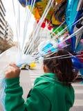Chica joven que sostiene los globos para la venta Fotos de archivo libres de regalías