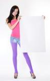 Chica joven que sostiene un Libro Blanco Foto de archivo
