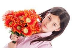 Chica joven que sostiene un manojo de flores. Fotografía de archivo libre de regalías