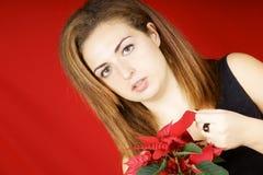 Chica joven que sostiene un Poinsettia Imagen de archivo libre de regalías