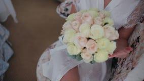 Chica joven que sostiene un ramo de la novia Primer Ramo de la boda Ramo nupcial hermoso en manos de la chica joven metrajes