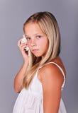 Chica joven que sostiene un seashell Imágenes de archivo libres de regalías