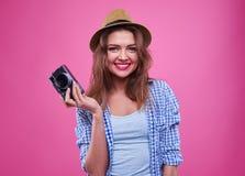 Chica joven que sostiene una cámara retra en manos Imagenes de archivo