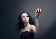 Chica joven que sostiene una manzana roja foto de archivo