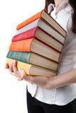 Chica joven que sostiene una pila de libros Fotos de archivo