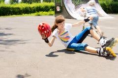 Chica joven que suelta su equilibrio y caer Fotografía de archivo libre de regalías
