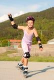 Chica joven que tiene apuros en rollerskates Fotos de archivo libres de regalías