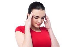 Chica joven que tiene dolor de cabeza serio Imagen de archivo libre de regalías