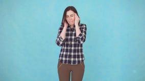 Chica joven que tiene problemas de la presión y jaqueca severa del dolor de cabeza almacen de metraje de vídeo