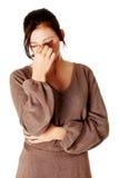 Chica joven que tiene un dolor de cabeza. Fotos de archivo libres de regalías