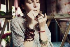 Chica joven que toca la arpa de boca Fotos de archivo