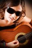 Chica joven que toca la guitarra, retrato Imágenes de archivo libres de regalías