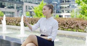 Chica joven que toma el selfie almacen de metraje de vídeo