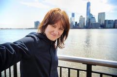 Chica joven que toma el selfie con los rascacielos Foto de archivo libre de regalías