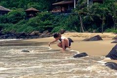 Chica joven que toma imágenes en la playa fotografía de archivo
