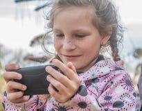 Chica joven que toma las fotos del selfie al aire libre Imagen de archivo