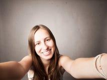 Chica joven que toma un selfie Fotografía de archivo