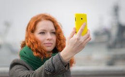Chica joven que toma un selfie. Foto de archivo