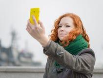 Chica joven que toma un selfie Foto de archivo libre de regalías