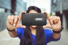 Chica joven que toma un selfie de sí misma Foto de archivo libre de regalías