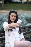 Chica joven que toma un selfie en su smartphone Foto de archivo
