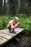 Chica joven que toma una foto Fotos de archivo libres de regalías