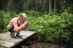 Chica joven que toma una foto Imagen de archivo
