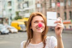 Chica joven que toma una foto del selfie Imágenes de archivo libres de regalías