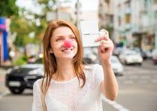 Chica joven que toma una foto del selfie Fotos de archivo