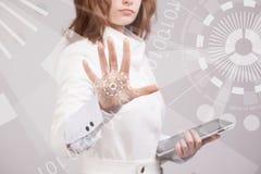 Chica joven que trabaja con la pantalla virtual Foto de archivo libre de regalías