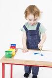 Chica joven que trabaja con la pintura imagenes de archivo