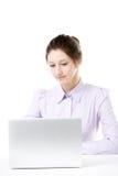 Chica joven que trabaja en el ordenador portátil Foto de archivo libre de regalías